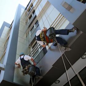 עבודות בגובה במרכז, עבודה בסנפלינג, שיקום חזיתות, שיפוץ בגובה, איטום קירות חיצוניים, עבודות גמר מעטפת, צביעת קירות חיצונית, חיזוק מבנים